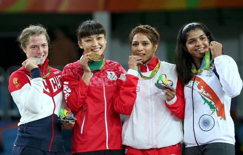 Sakshi Malik on podium with bronze medal