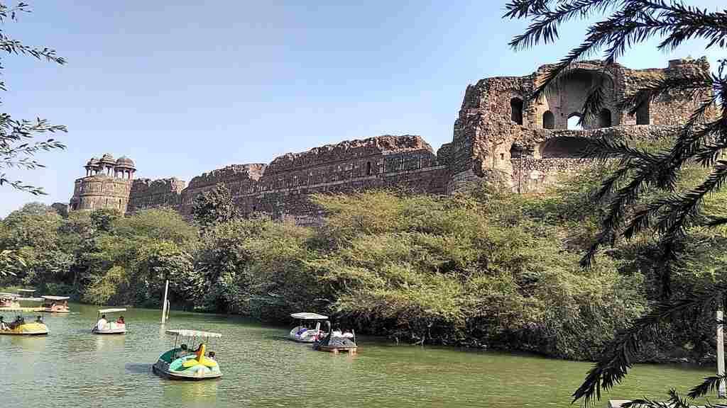 Purana Qila is located near Delhi Zoo